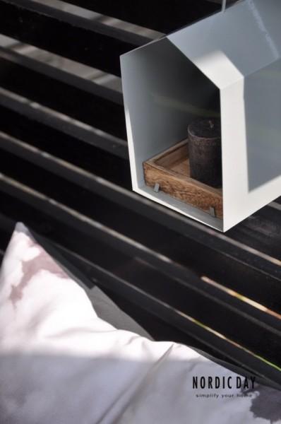 テラスの目隠し板に取り付けられたキャンドル台