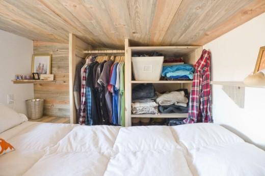 天井の低いロフトベッドルームのクローゼット