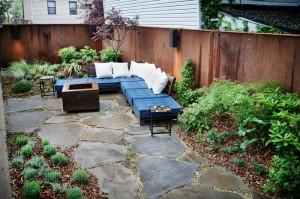 石畳の上に低いソファ・デイベッドの置かれた庭
