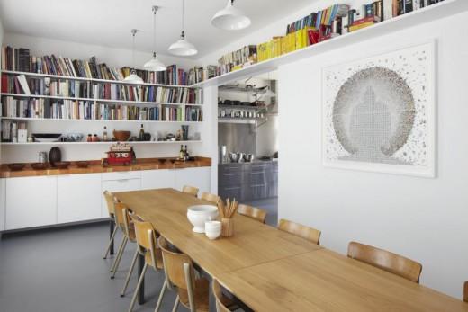 大きな壁面造作本棚と横長の大きなダイニングテーブルのあるダイニング2