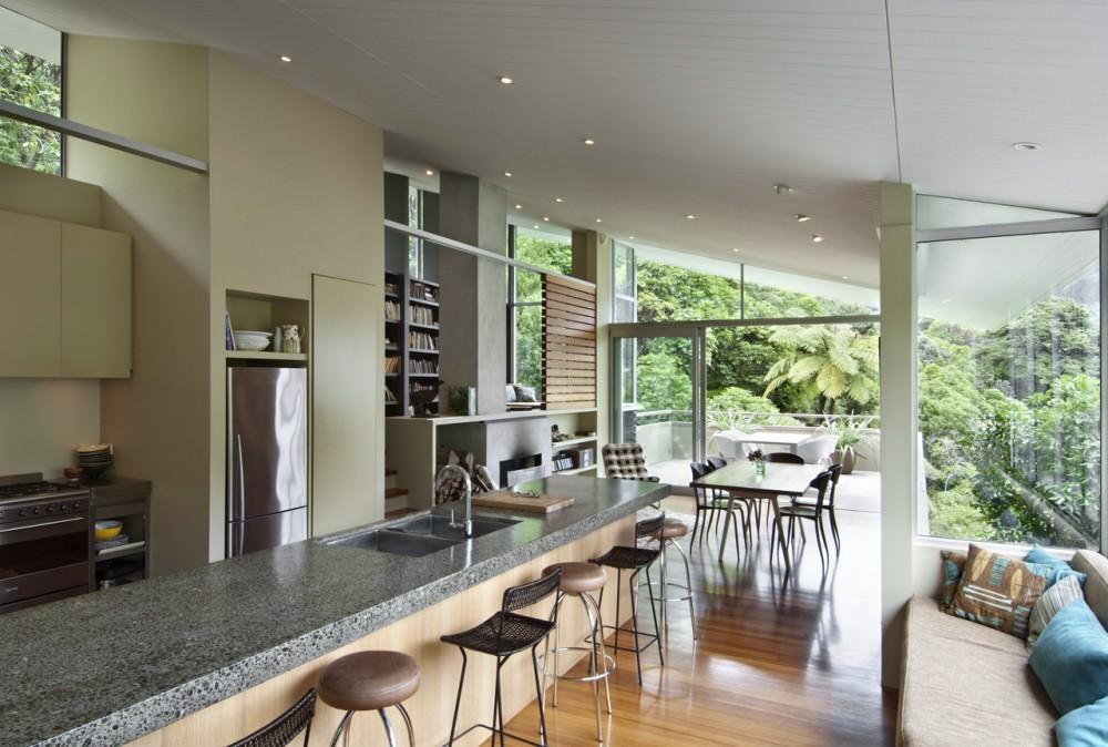 柱や梁などのスケルトン以外にガラスを多用した開放的なリビングダイニング・キッチン