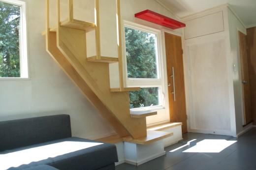 ロフトにあがるための階段、下に角が出ないように工夫