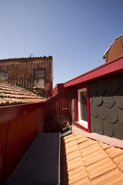 ポルトガル ポルトの中心部に建つ三角形の狭小住宅の屋根