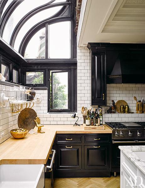 キッチンカウンターの上がドーム型の天窓になっている明るく開放的なキッチン