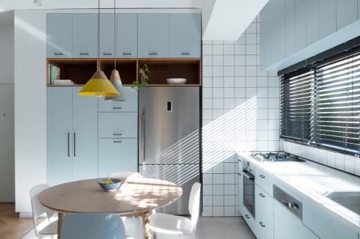ブラインド越しに大量の光の降り注ぐ明るく開放的なダイニング・キッチン