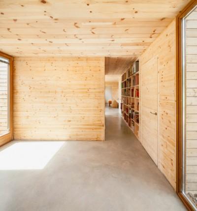 通路のサイドにもシンプルな巨大作り付け本棚を