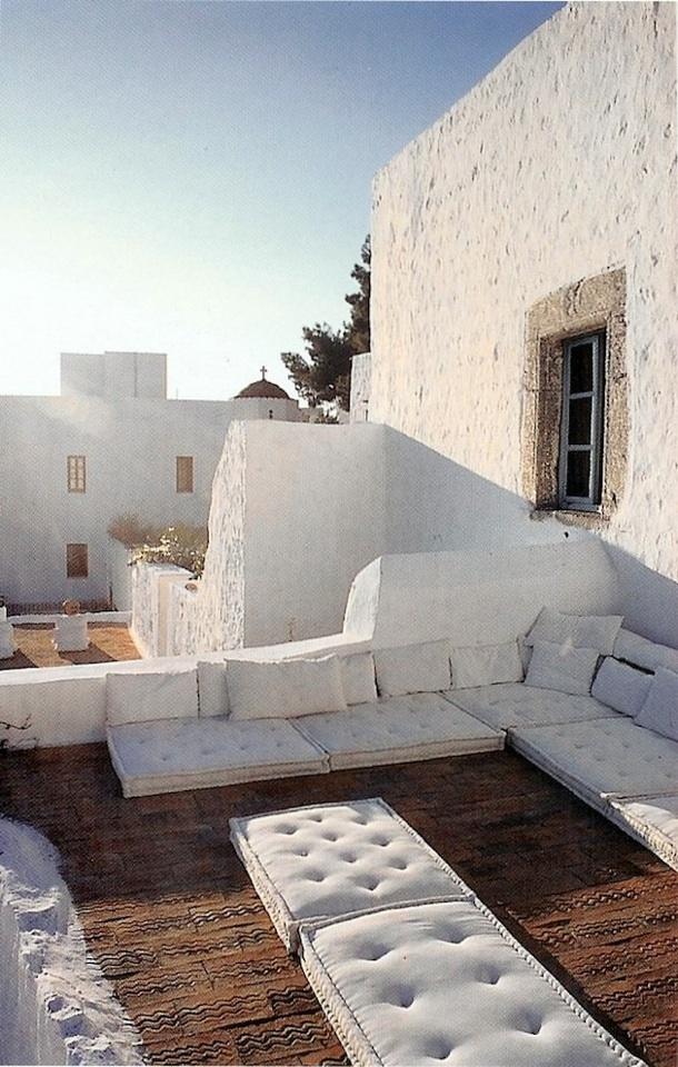 ギリシアのシンプルなルーフバルコニーの屋外リビング1