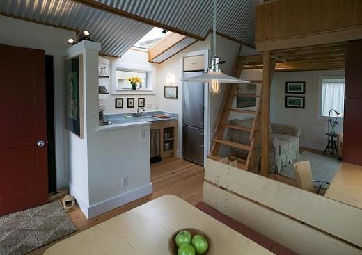 ロフトベッドルームのある狭小住宅のリビング・ダイニング・キッチン