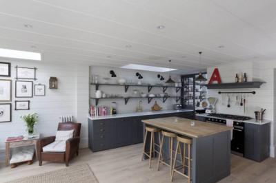 天窓があるゆったりとして開放的なリビング・ダイニング・キッチン