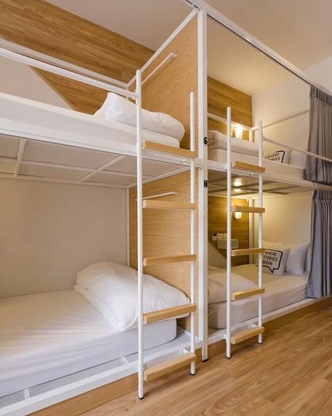 タイ バンコクのユースホステルのベッドルームに並ぶ2段ベッド2