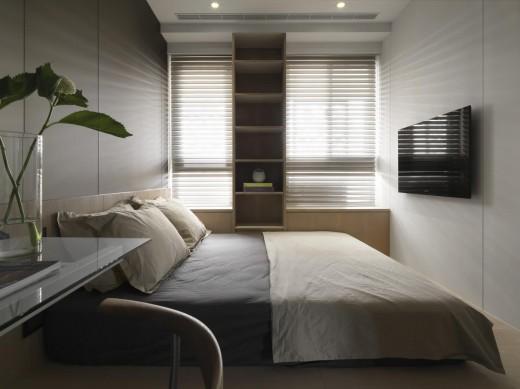 小上がり的に一段高くなったエリアのあるベッドルームに置かれたベッド