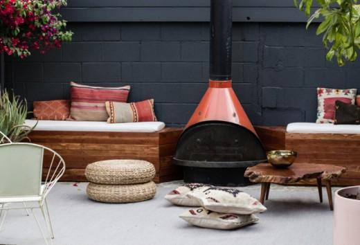 DIYで作った造作ベンチと暖炉のある中庭のDIY8 クッション他を置いて最終形