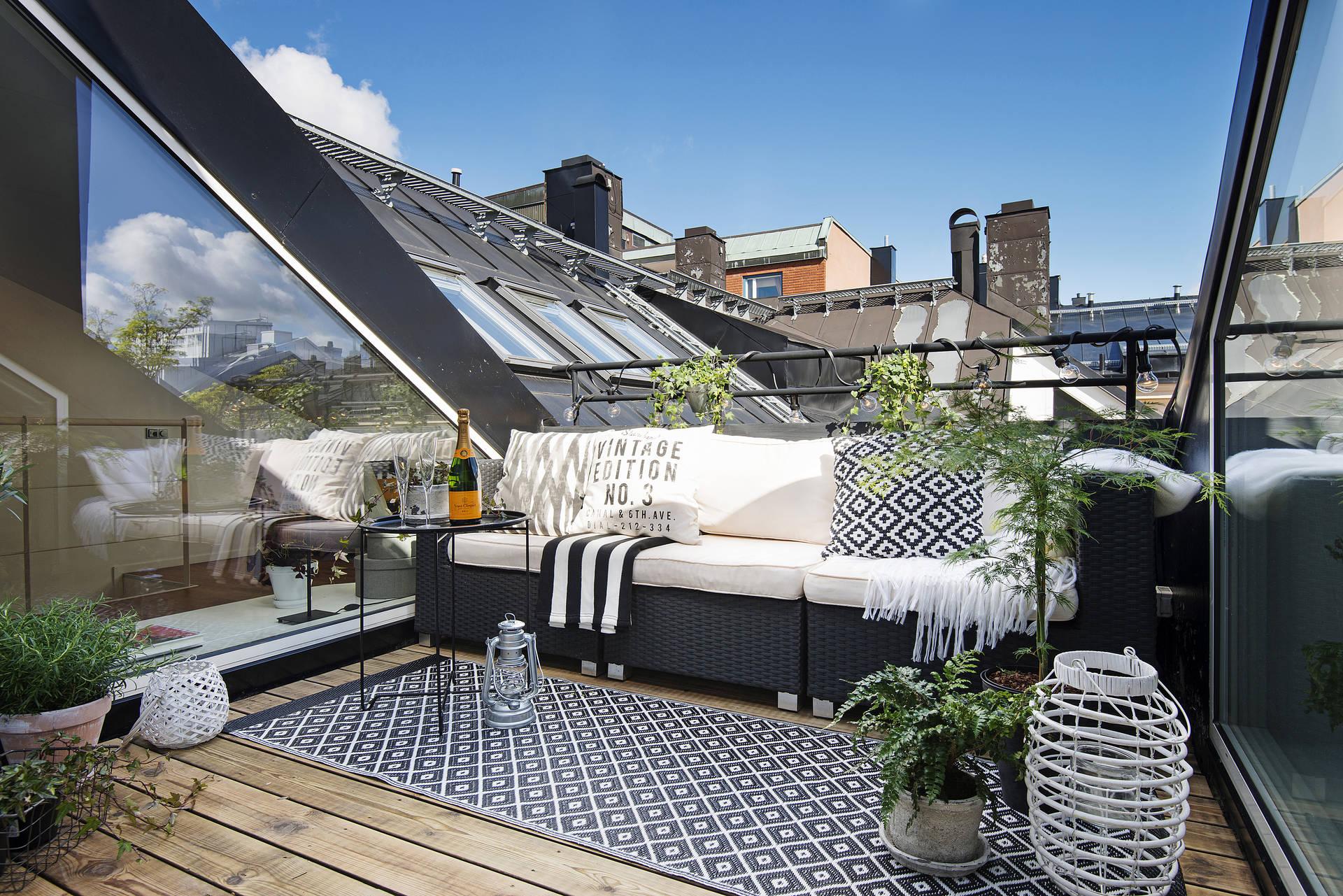 最上階のメゾネットハウスのバルコニーに作り込まれた屋外リビングスペース