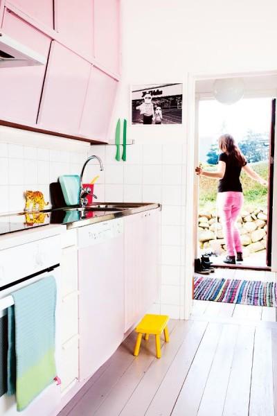 DIYで古いキッチンも淡いピンクにペイント