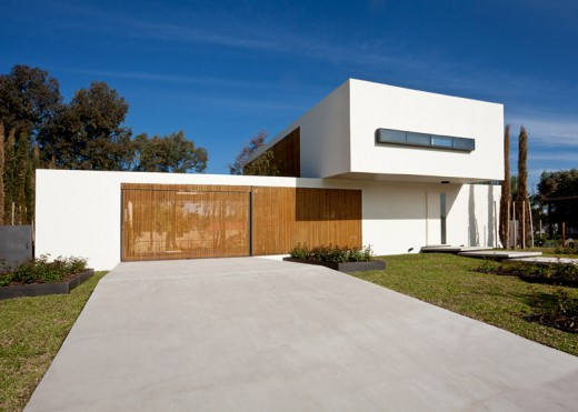 外周壁の一部が千本格子になっている家の外観