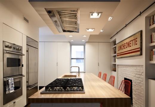 巨大な収納と巨大なカウンターテーブルのある使いやすそうなダイニング・キッチン