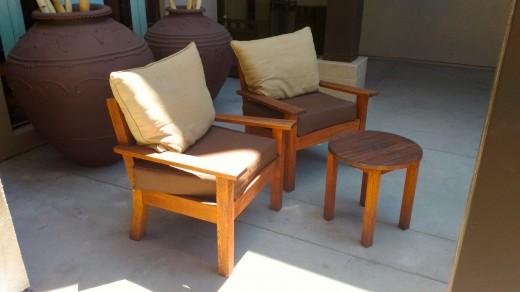 サンタモニカ アンブローズホテルのテラスのテラスに置かれた2脚の屋外用一人掛けソファとテーブルのコンパクトな屋外カフェスペース 左サイドから