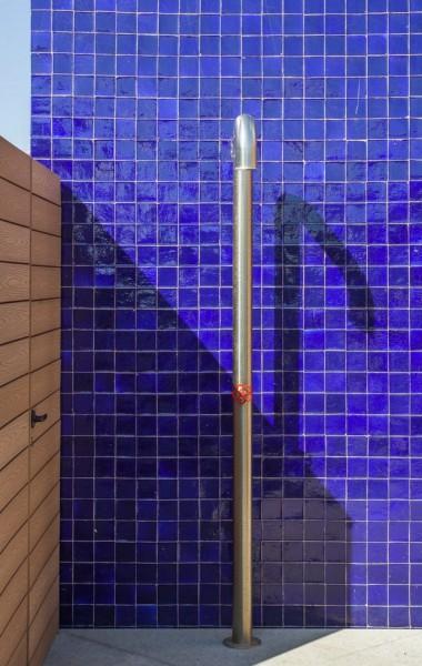 全体ガラス張りの天窓の下の明るく開放的なワークスペース 作業スペース 屋外には屋外シャワーブースも