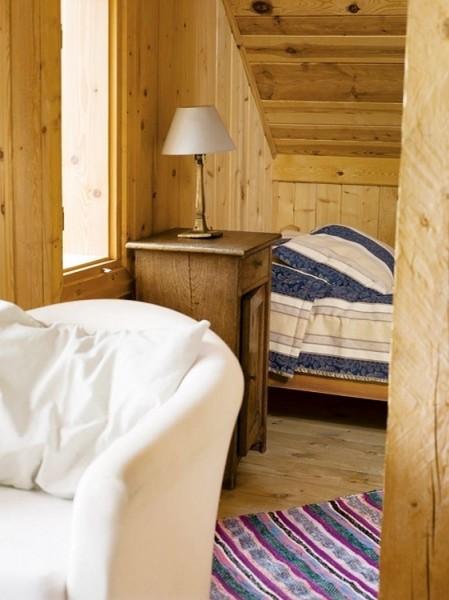 ポーランド スバルキ公園の近くに建つログハウスの、天井の低いリビングスペースの脇のデイベッドエリア