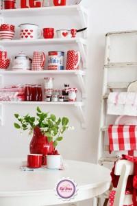 鮮やかな赤い食器をディスプレイしたカップボード