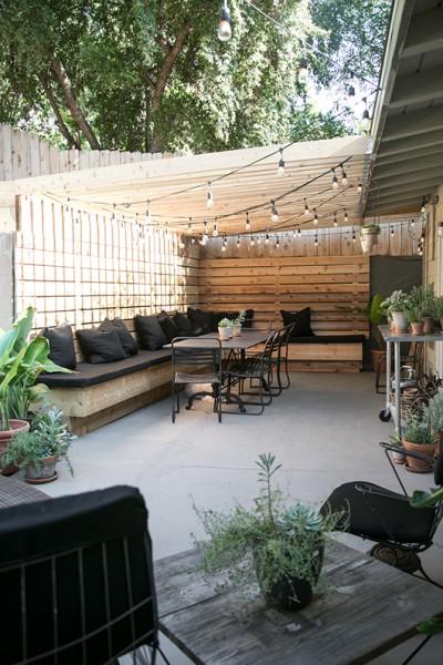 DIYで作り込んだパーゴラ付きのパティオ的な屋外ダイニングスペースを庭側からのぞむ3