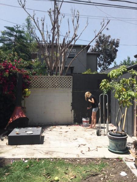 DIYで作った造作ベンチと暖炉のある中庭のDIY1 壁を塗る