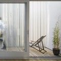 縦型ブラインドで囲われた箱庭的なウッドデッキのテラス