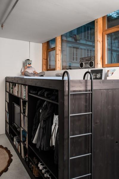 オールインワンの収納&クローゼットボックスの上部は寛ぎスペース
