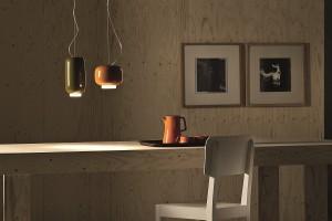ダイニングテーブルの上にぶら下がる陶器で出来た不揃いで艶々な提灯
