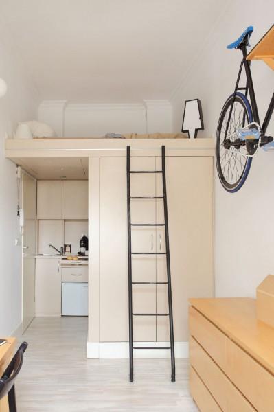 8畳弱の狭小ワンルームのロフトベッドルームとその下のキッチン