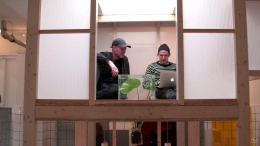 ワークスペースの頭上に木材とポリカ版で作った「空中和室・茶室」2