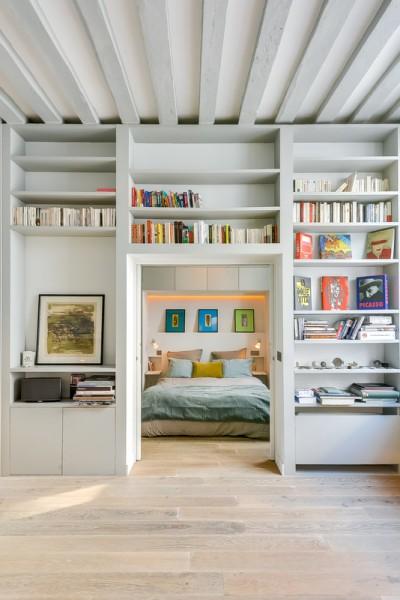 リビングとベッドルームを仕切る壁面一杯の造作棚