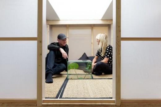 ワークスペースの頭上に木材とポリカ版で作った「空中和室・茶室」