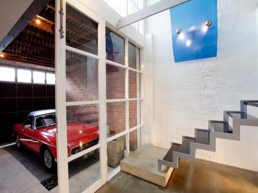 室内と格子入りのガラス引き戸でつながるビルトインガレージ 駐車場