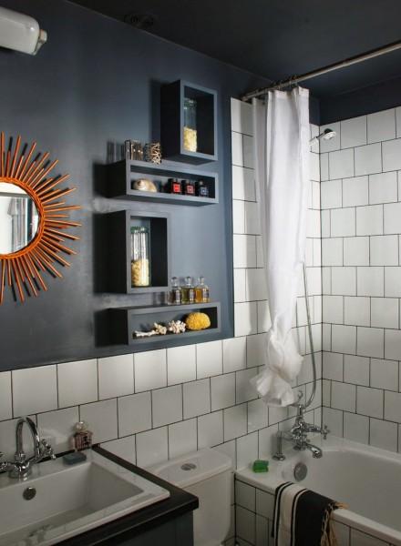 バスルームとリビングの間に室内窓のある30平米のワンルームのバスルーム2