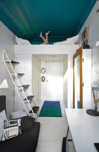 入り口上にロフトベッドのある6畳のワンルーム
