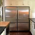 平行にスイングアップする扉付きの中型調理器具収納スペースのあるキッチン2.jpg