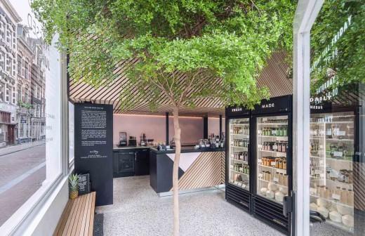 半屋外の開放的なテラス的スペースにドリンク用の冷蔵庫の置かれたフレッシュジュース・カフェテリア2