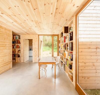壁面いっぱいに作り付けられたシンプルな巨大本棚2