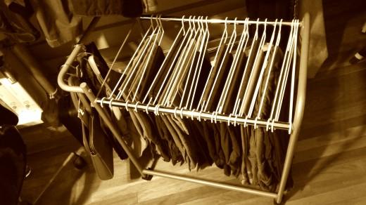 衣類収納クローゼットの下段のボトムス用のハンガーラックを入れた衣類をキャスターで引き出したところ 2