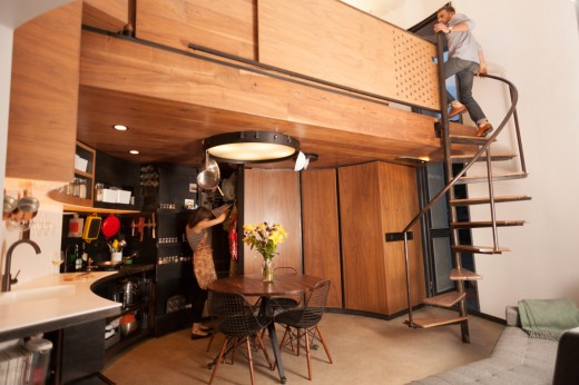 穀物サイロを流用して作った円筒形のコンパクトハウス 1階のリビング・ダイニング・キッチン