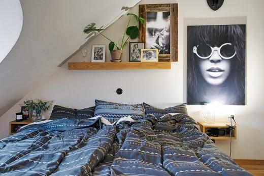 丸い窓のある勾配天井下のベッドルーム3