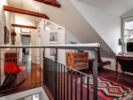 階段上の勾配天井の窓に作られたワークスペース2