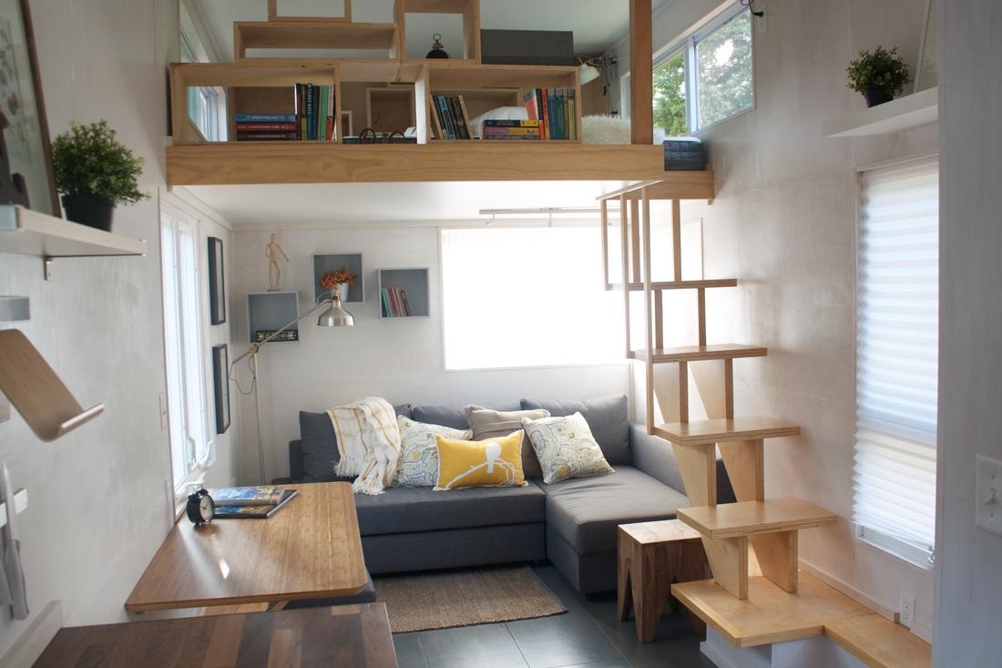 【コンパクトで居心地の良いスペース】ロフトの下のスモールリビングと、その上の多目的スペース 住宅デザイン