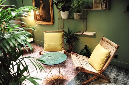 アースカラーのインテリアと観葉植物の深い緑が絶妙にマッチした落ち着きのあるコンパクトなリビング