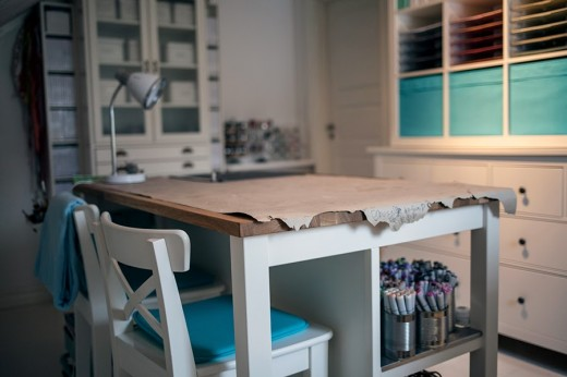 IKEAものを多用したロフトのワークスペースの中央の作業用カウンター