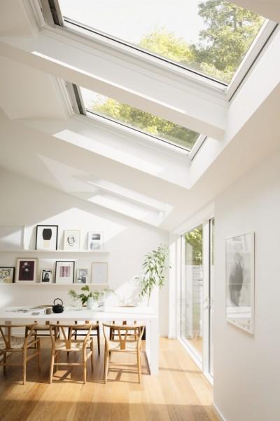 頭上に大きな天窓が2つある明るく開放的なダイニングの天窓を横から 閉じたところ