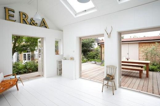 2つの大きなフレンチドアと天窓のある庭に建てられた平屋の多目的スペースのリビング2