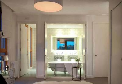 ベッドルームに隣接するバスルームと洗面所