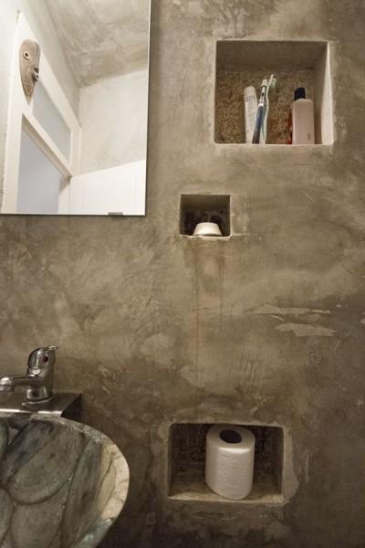 ポルトガル ポルトの中心部に建つ三角形の狭小住宅のトイレのニッチ